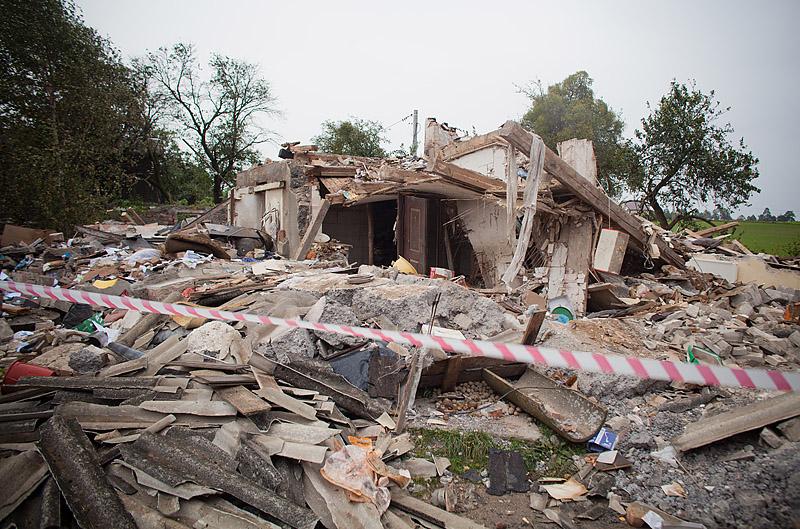 zniszczony dom w budowie